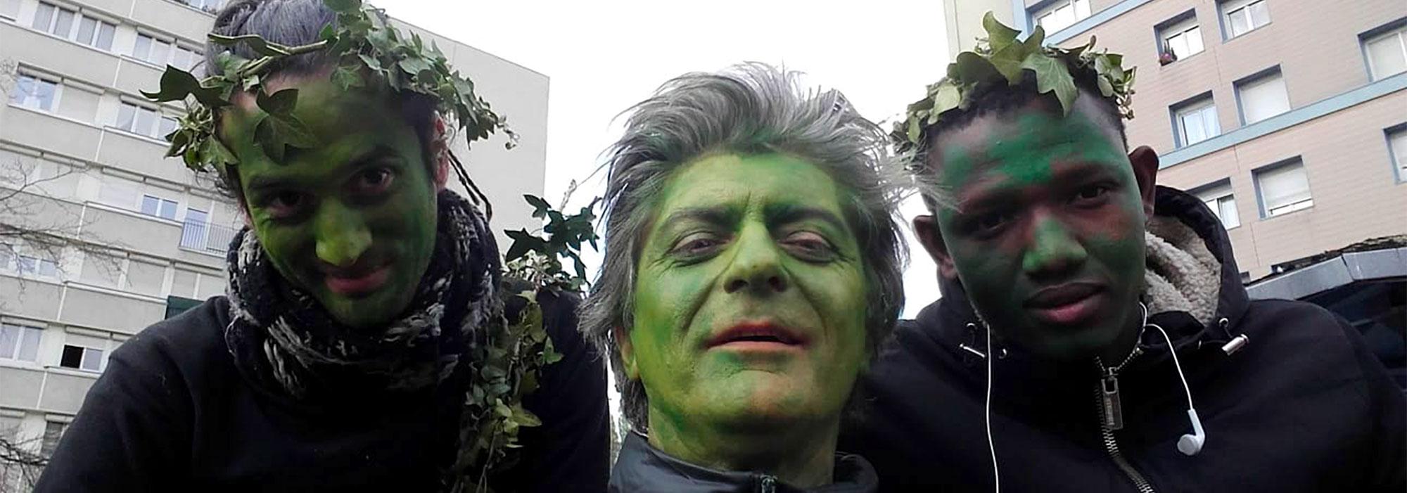Trois hommes habillés en vert et en feuilles